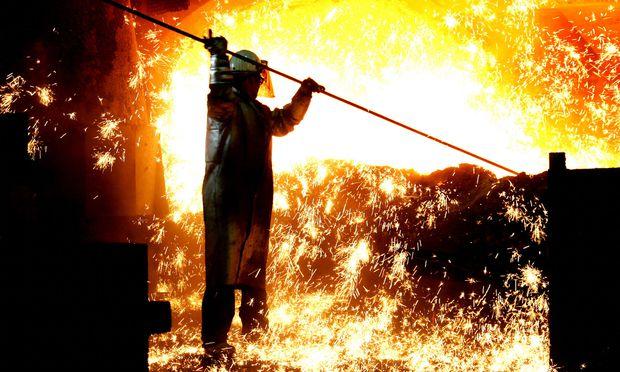 Stahlarbeiter am Hochofen