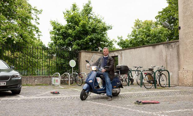 Martin Otzelberger hat keine Sorge, beim Eintritt in die Freizeitphase seiner Altersteilzeit in ein Loch zu fallen. Der heute 61-Jährige, hier auf seiner Vespa 125et, hat viele Interessen und Pläne.