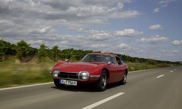 Die redundanten Klappscheinwerfer wurden dem Toyota 2000 GT im letzten Moment eingepasst. Jaguars E-Type schwingt immer mit.