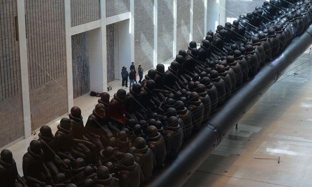 Ai Weiweia 70 Meter langes, schwarzes Schlauchboot