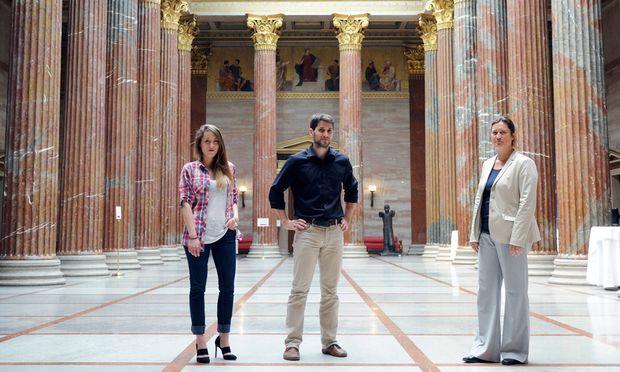 Manager und Sekretäre in einem: Die parlamentarischen Mitarbeiter Therese Kaiser, Lukas Hammer und Ulrike Klima (v. l. n. r.) in der Säulenhalle