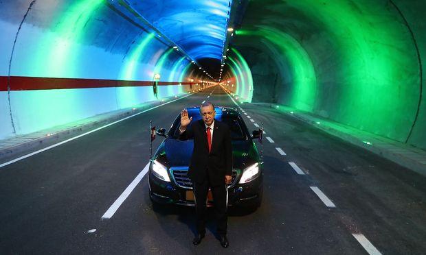 Erdogan in einem neueröffneten Tunnel