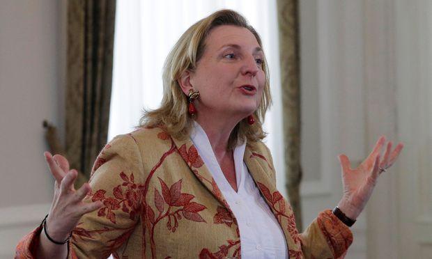 Außenministerin Karin Kneissl stellte klar, dass aus der Teilnahme am Empfang keinerlei völkerrechtliche Implikationen herauszulesen seien.