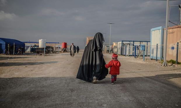 Archivbild aus dem Norden Syriens, wo die Frauen von IS-Kämpfern von kurdischen Einheiten festgehalten werden.