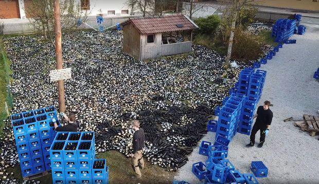 Ausgefallenes Hochzeitsgeschenk 30 000 Leere Bierflaschen