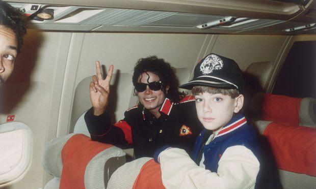 Das Idol und sein Bewunderer: Michael Jackson und James Safechuck 1988 im Tourflugzeug. James war damals zehn Jahre alt.