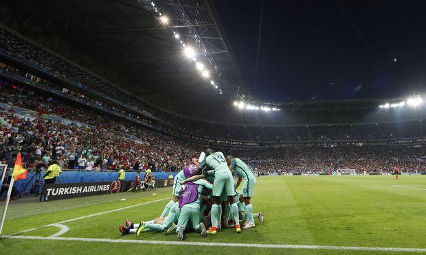 Mittendrin, ganz unten – Superstar Cristiano Ronaldo: Portugals Spieler feierten mit ihm Finaleinzug bei der Fußball-EM.