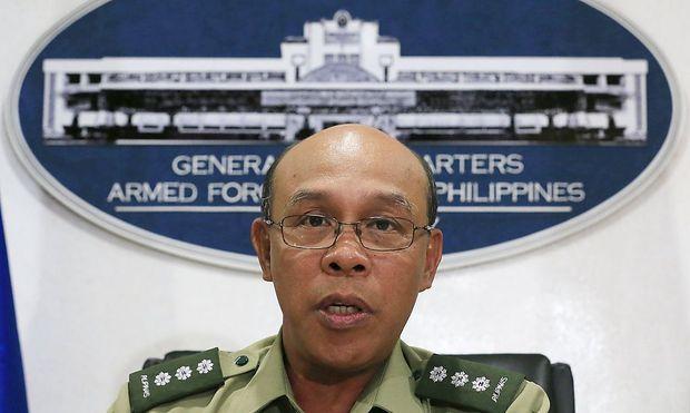 Colonel Noel Detoyato muss der Öffentlichkeit vom Tod der kanadischen Geisel der Abu Sayyaf-Gruppe berichten.
