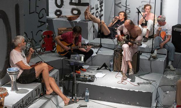 """Ja, hier finden Enthemmungen statt, und hier darf man unordentlich sein: Gelatin beim Proben der Orgie beziehungsweise bei den Vorbereitungen für die Filmaufnahmen von """"Stinking Dawn"""" in der Kunsthalle Wien."""