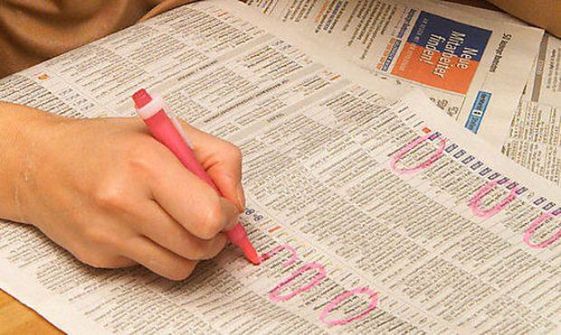 frau schreibt ein bewerbungsschreiben - Gehaltsangabe Bewerbung