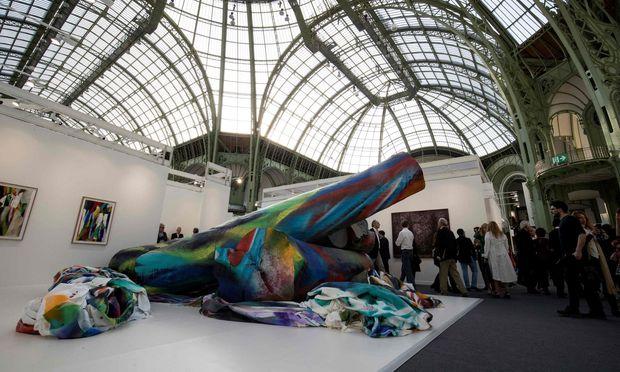 Nicht zu übersehen, fast zu aufdringlich, ist die riesige Installation von Katharina Grosse am Stand von Gagosian auf der Fiac. / Bild: (c) APA/AFP/THOMAS SAMSON (THOMAS SAMSON)