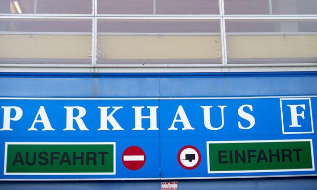 In Parkgaragen, die mit einer Zufahrt und Ausfahrt mit dem Straßennetz verbunden sind, ist die Straßenverkehrsordnung anzuwenden.