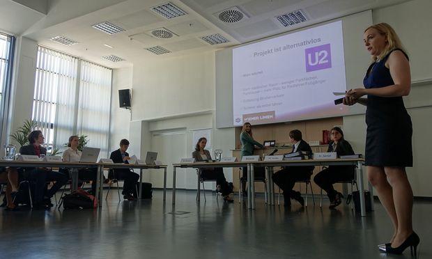"""Isabella Grill von der Uni Salzburg stellt das Projekt der U2-Verlängerung als """"alternativlos"""" vor."""