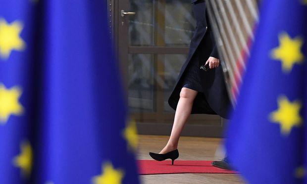 Theresa May brachte der erste Durchbruch bei den Brexit-Verhandlungen daheim neue Kontroversen.