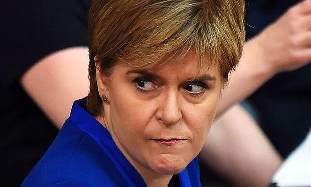 schottische Regierungschefin Nicola Sturgeon will abwarten / Bild: APA/AFP/ANDY BUCHANAN