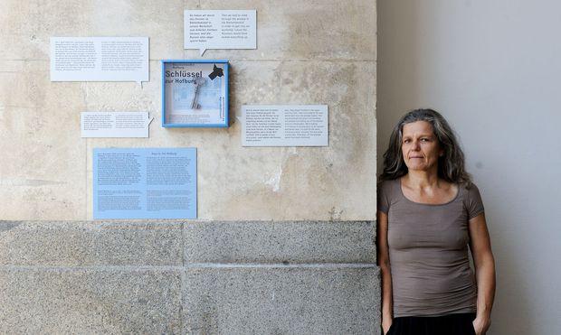"""""""Schlüssel zur Hofburg"""". Kuratorin Maria Welzig neben einer von 20 Installationen auf dem Areal der Hofburg."""