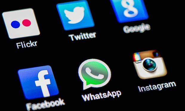 Themenbild Soziale Netzwerke Kommunikation Apps Soziale Dienste auf einem Handy Symbolbild Them