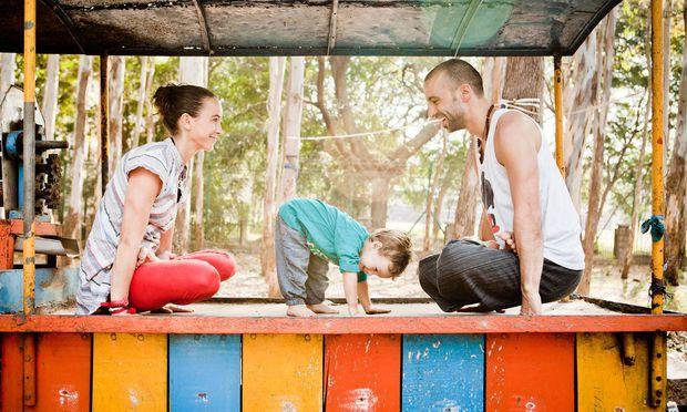 Reisen mit dem Kleinkind: Julia und Knut Rakus mit ihrem Sohn Sebastian in Indien.