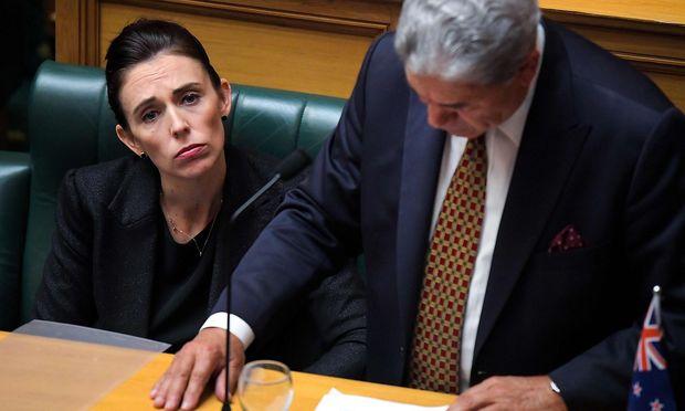 Neuseelands Premierministerin Jacinda Ardern will Außenminister Winston Peters (re.) in die Türkei zur Aussprache schicken.