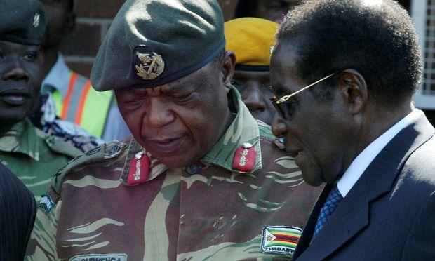 Ein Archivbild ehemaliger Verbündeter in Simbabwe: Militärchef Constantino Chiwenga und Präsident Robert Mugabe.