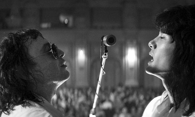 Hager und entrückt: Teo Yoo (l.) als Sänger der 1981 gegründeten russischen Band Kino.  / Bild: (c) Filmladen