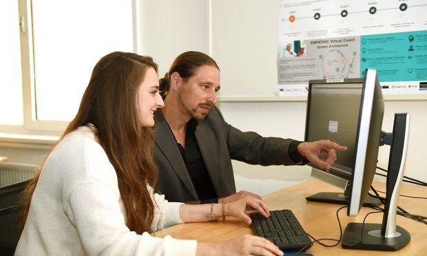 Natascha Mariacher macht mit Projektleiter Stephan Schögl Siri & Co. schlauer.