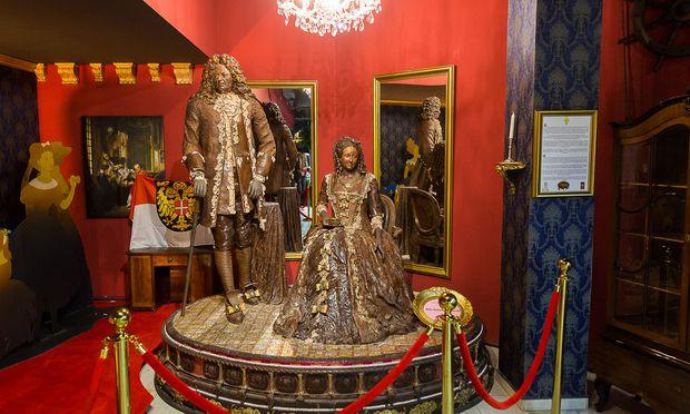 Marie Antoinette, die gern Kakao trank, und Louis XVI als lebensgroße Schokoladeskulpturen.