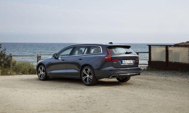 Volvo läuft zu alter Kombi-Größe auf, und das in der ganz jungen Couture der Marke. Der V60 ist deutlich länger geworden und hat mehr Platz und Laderaum zu bieten.
