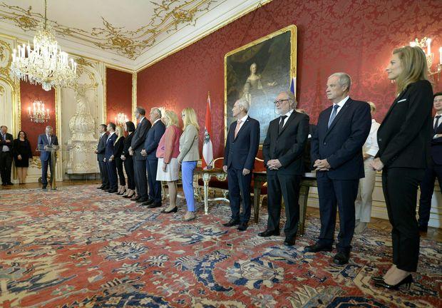 Alexander Van der Bellen (l.) sowie die Mitglieder der scheidenden Regierung