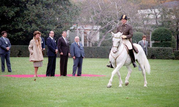 Thomas Klestil (l.) und Rudolf Sallinger flankieren Ronald Reagan 1982 im Rosengarten des Weißen Hauses bei einer Vorführung der Spanischen Hofreitschule. Als Draufgabe erhielt Reagan den Hengst Maestoso Blanca. / Bild: (c) Archiv