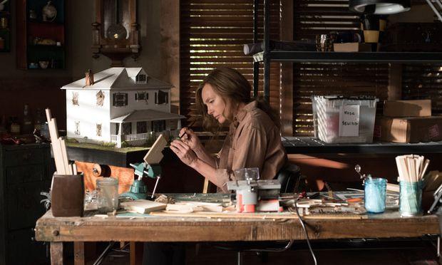 Die Künstlerin Annie (Toni Colette) fertigt kleine Modellbauten an. Aber was spielt sich in ihnen ab?