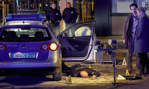 Mitten in der Nacht werden zwei Polizisten in ihrem Streifenwagen erschossen. Nur kurze Zeit später ist das Team der Mordkommission vor Ort. Von den Tätern fehlt jede Spur.