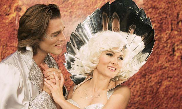Thomas Weinhappel als Prinz Sternschnuppe, Martha Hirschmann als Frau Luna.