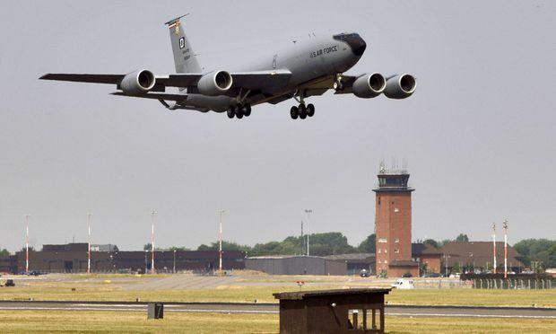 Mann will auf britischen Militärflugplatz rasen - Festnahme