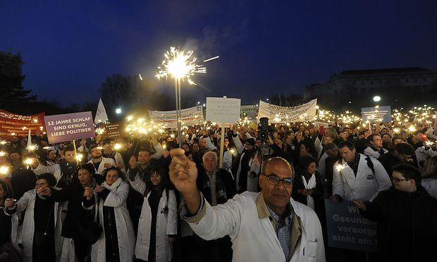 Rund 1500 Mediziner gingen am 23. März in Wien auf die Straße, um gegen die Umsetzung des neuen Arbeitszeitgesetzes zu demonstrieren. Erstmals durfte dabei auch der Asklepios-Gründer (nicht im Bild) eine Rede halten.