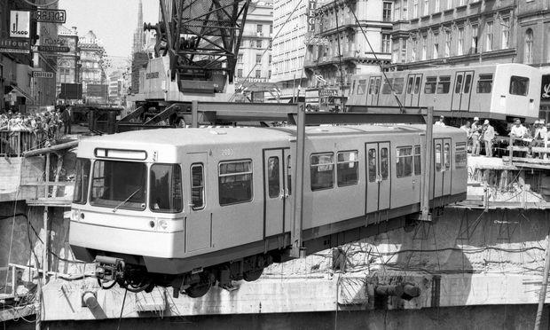 1973 wurde der erste Silberpfeil in die Baugrube Karlsplatz eingehoben, am 25. Februar 1978 konnten schließlich die ersten Gäste mit der U1 fahren. / Bild: (c) APA/WIENER LINIEN (UNBEKANNT)