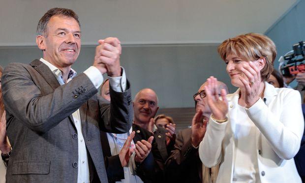 Innsbrucks neu gewählter Bürgermeister Georg Willi mit der unterlegenen Christine Oppitz-Plörer