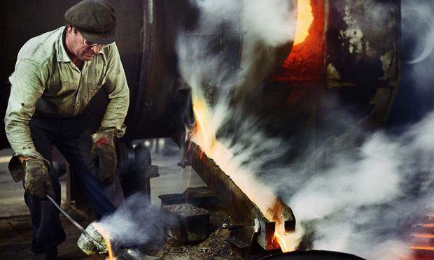 Österreich traf es in den 80ern mit der Krise der Verstaatlichten. In Westeuropa wurden Stahlwerke, Kohlezechen und Werften, das Rückgrat der alten Industrien, geschlossen. Ein kompaktes selbstbewusstes Arbeitermilieu wurde Vergangenheit.
