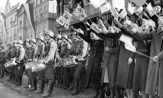 Viel Jubel begleitete die deutschen Truppen, hier ein Musikzug der Wehrmacht und Frauen in Kufstein.