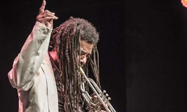 Wadada Leo Smith spielte sein Instrument am liebsten so, dass es aussah, als wäre der Bühnenboden sein Ansprechpartner.