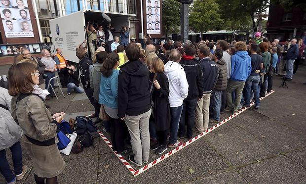 71 Menschen stellten sich in Bochum zuerst auf die 6 mal 2,50 Meter Freifläche und dann in den Lkw derselben Größe.