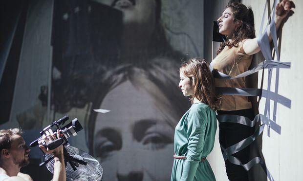 Kurze Szene an der Wand (von links): Steffen Link, Sophia Löffler und Vassilissa Reznikoff.