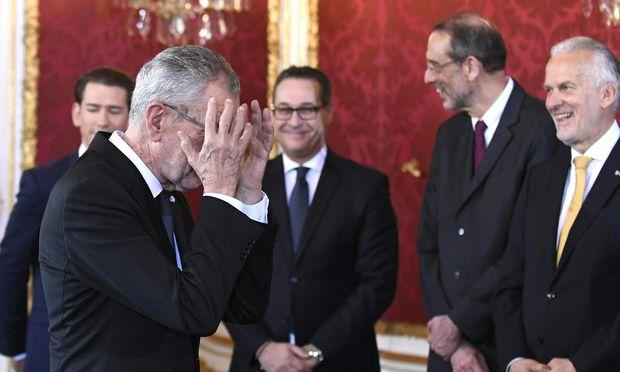 Van der Bellens Fauxpas: Der Bundespräsident wollte schon zu Sekt und Brötchen laden, da fiel ihm auf, dass die künftigen Minister noch nicht unterschrieben hatten.