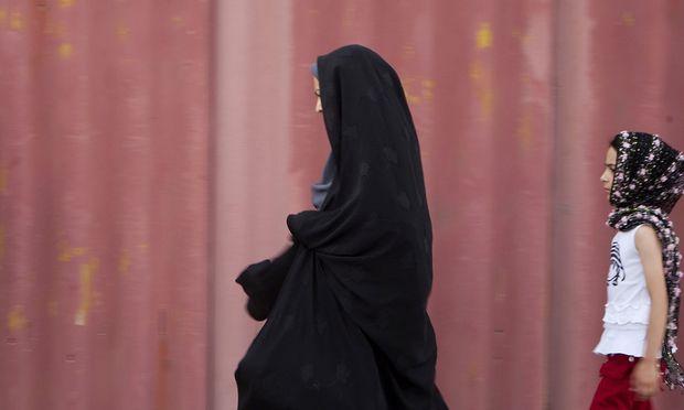 Das Kopftuch ist ein gesetzlich verordnetes Kleidungsstück im schiitschen Gottesstaat Iran. Viele Frauen nehmen es jetzt bei Protesten ab und riskieren damit eine Verhaftung.