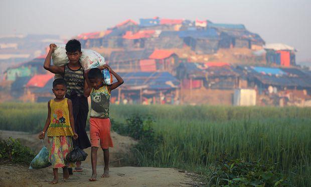 Junge Rohingya tragen Lebensmittel ins Flüchtlingslager in Cox's Bazar in Bangladesch. / Bild: REUTERS
