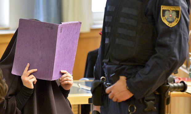 """Symbolbild: Prozess gegen 16-Jährige wegen mustmaßlicher Unterstützung der Terrororganisation """"Islamischer Staat"""" im Mai 2015."""