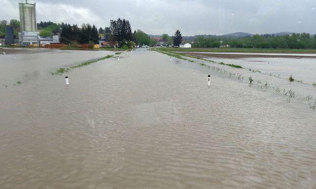 Eine überflutete Straße bei Gleinstätten