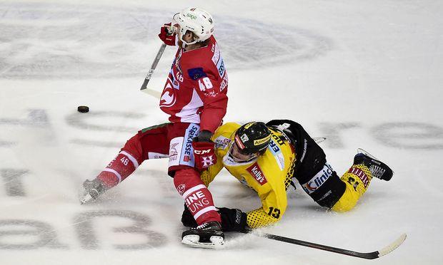 Johannes Bischofsberger (KAC, li.) im Kampf mit Emilio Romig um den Puck im dritten Spiel der Eishockeyliga-Finalserie in Wien.