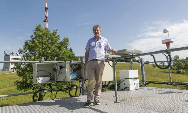 Blauer Himmel und Sonne beim Besuch, aber es geht auch anders: Der Sender Gaisberg gilt als einer der blitzreichsten Orte Österreichs, berichtet Gerhard Diendorfer, Leiter der zum Blitzortungssystem ALDIS gehörenden Forschungsstation.