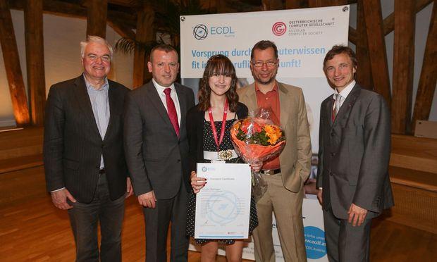 Österreichs 500.000. ECDL-Absolventin, Infenion-Lehrling Jennifer Oberegger, mit ECDL-Foundation CEO Damien O'Sullivan und OCG Präsident Makus Klemen.